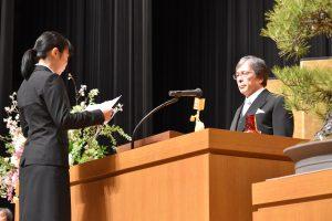 宣誓する新入生代表