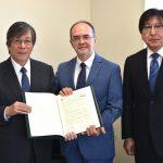 左から高柳学長、プリネッティ教授、井ノ口教授