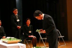 大野副医学部長による献花